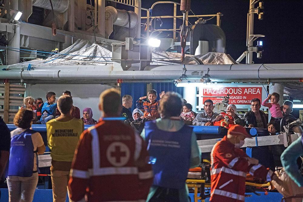 Спасенные беженцы с затонувшего корабля