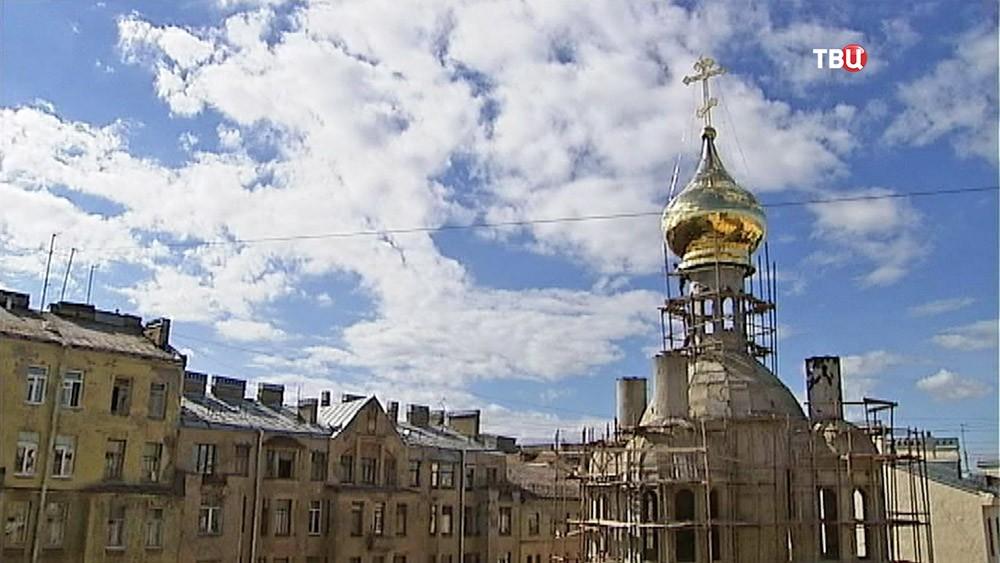 Строящийся храм у дома Лихачёва, где был сбит барельеф Мефистофеля