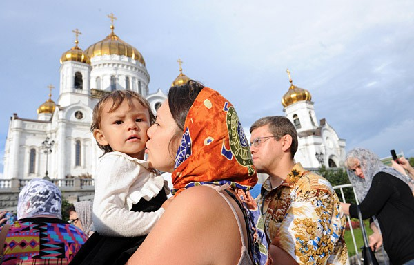 Мать с ребенком перед Храмом Христа Спасителя