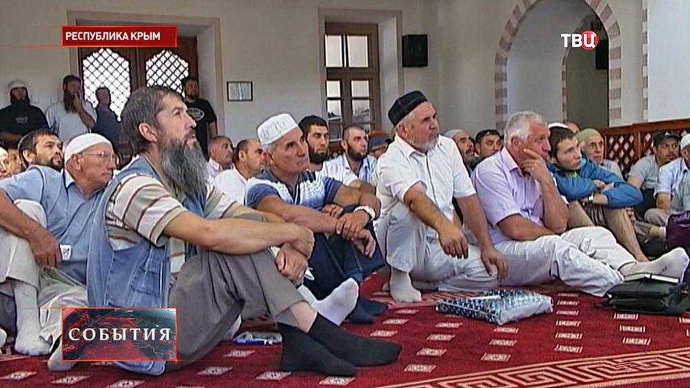 Крымские мусульмане в мечети