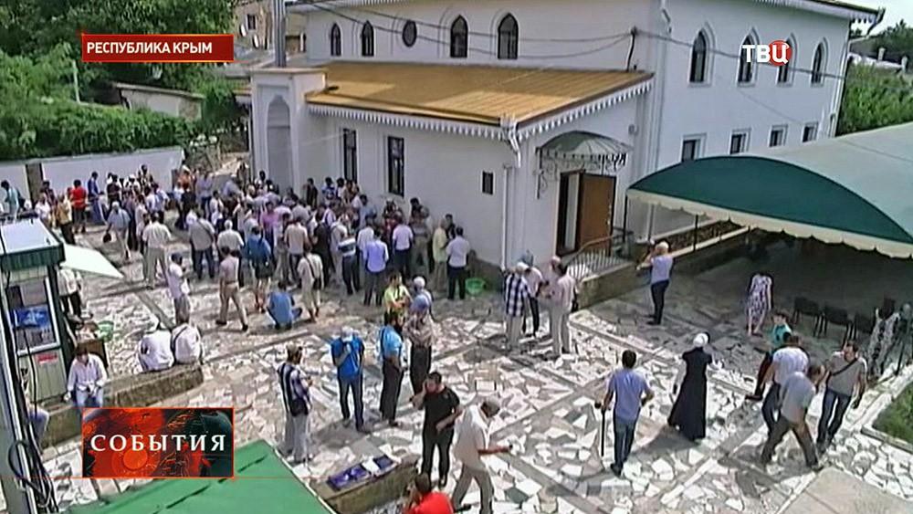 Крымские мусульмане у мечети