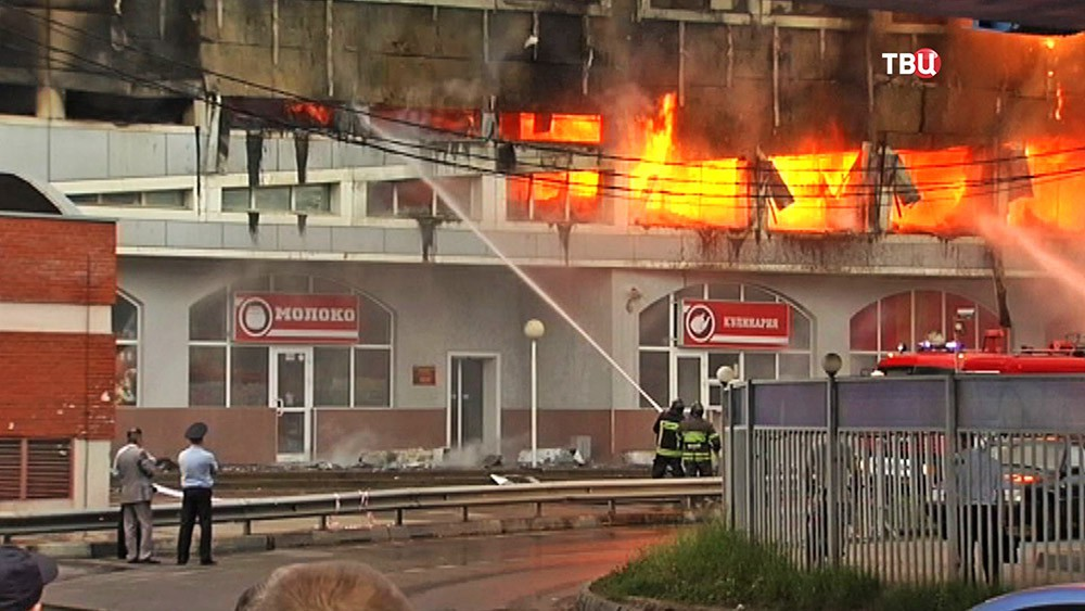 Пожарные на месте возгорания в торговом центре