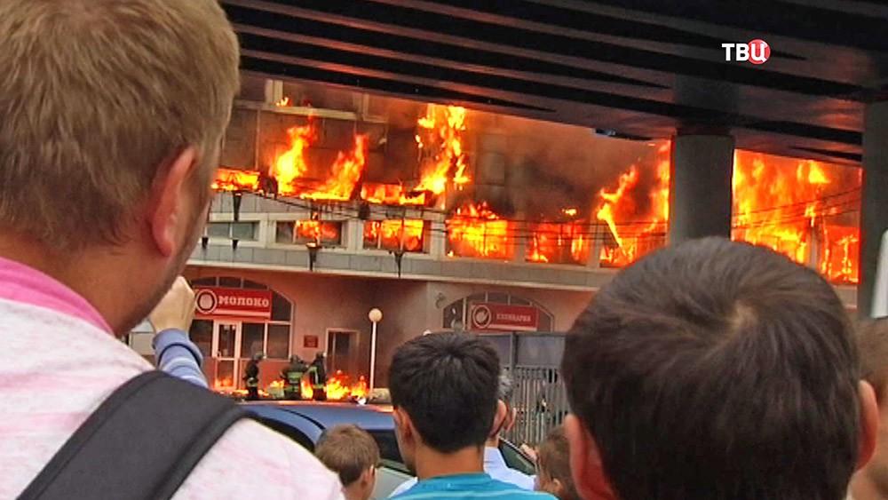 Очевидцы на месте пожара