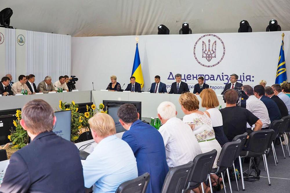 Президент Украины Петр Порошенко во время встречи с представителями территориальных общин