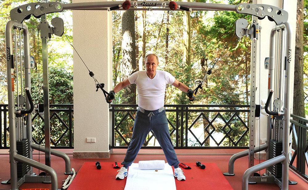 Владимир Путин в тренажерном зале