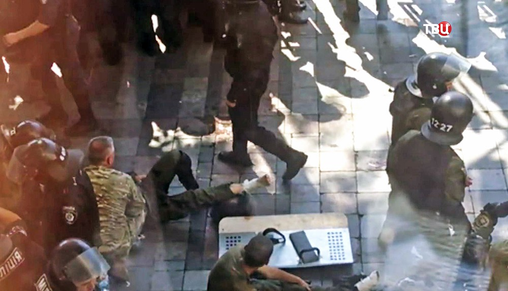 Пострадавшие милиционеры у здания Верховной Рады Украины