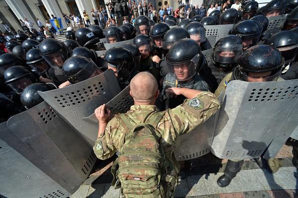 Украинская милиция держит оцепление у здания Верховной Рады Украины