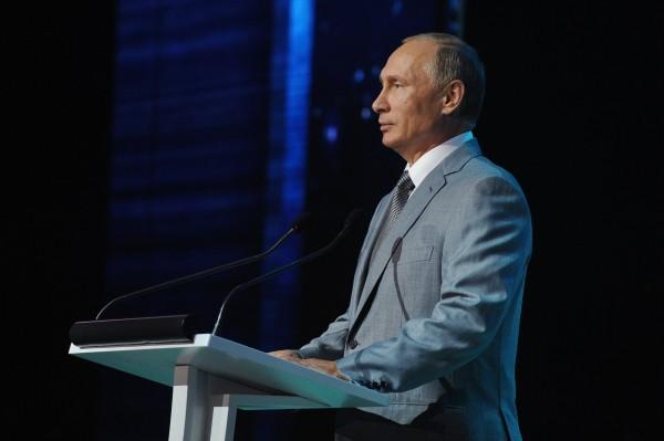 Президент РФ Владимир Путин выступает в День знаний перед школьниками