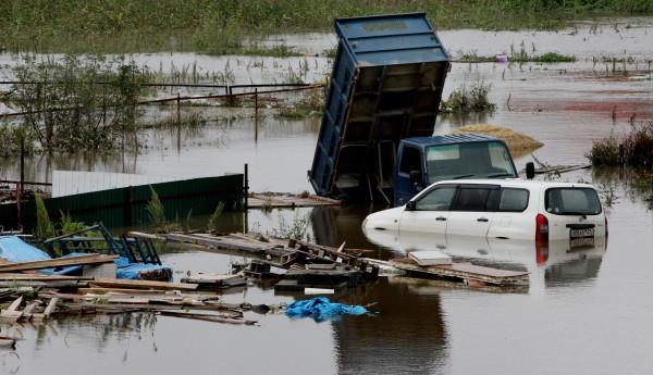Затопленные машины на окраине Уссурийска