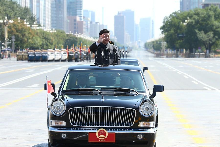 Си Цзиньпин принимает парад