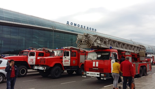 """Пожарные машины у здания аэропорта """"Домодедово"""""""