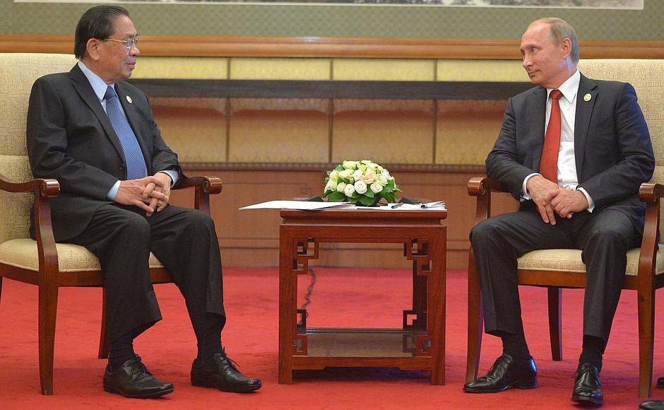Владимир Путин и Президент Лаосской Народно-Демократической Республики Тюммали Сайнясон