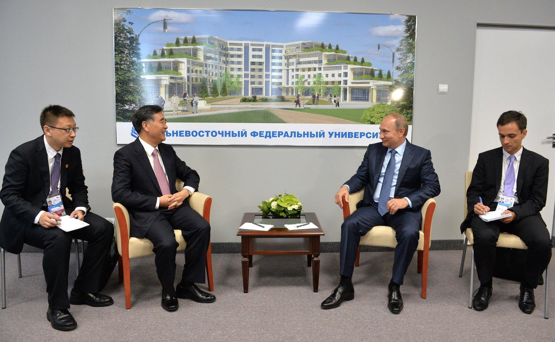 Владимир Путин с вице-премьером Государственного совета Китайской Народной Республики Ван Яном