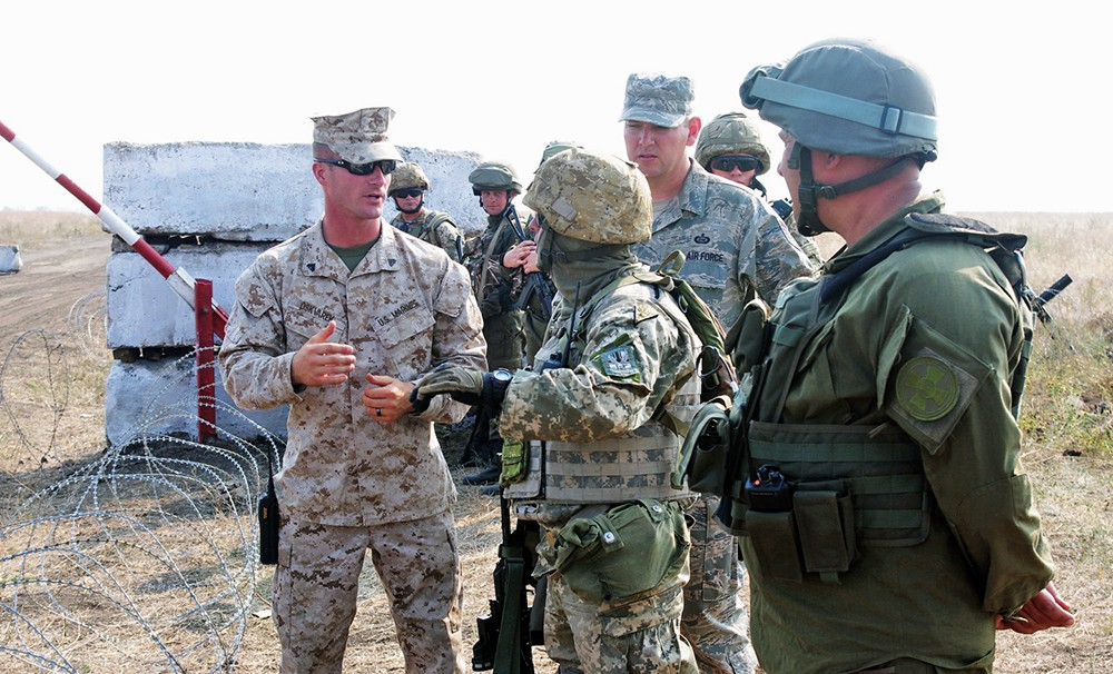Инструктор армии США консультирует украинских военных