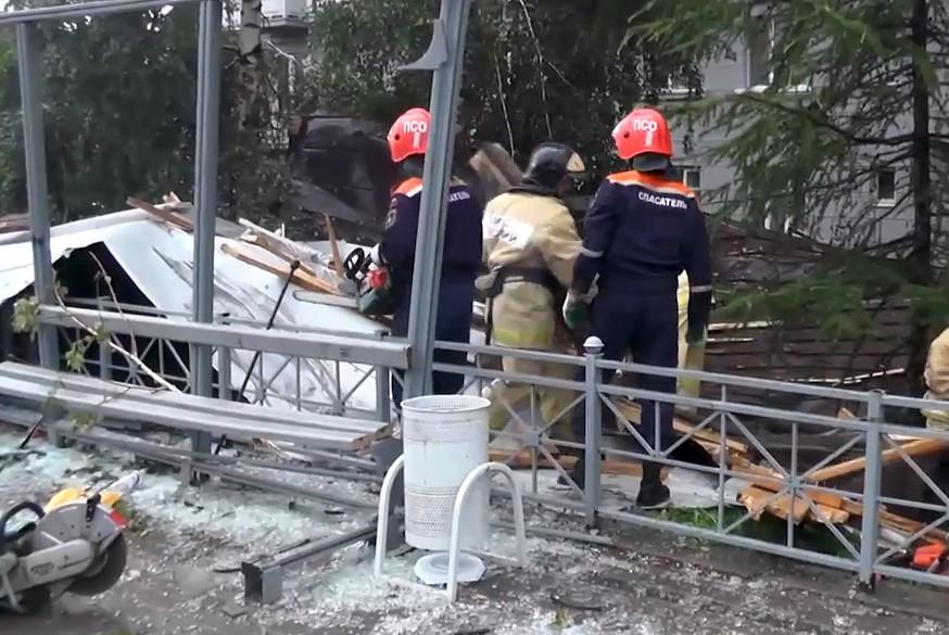 Спасатели МЧС ликвидируют последствия урагана