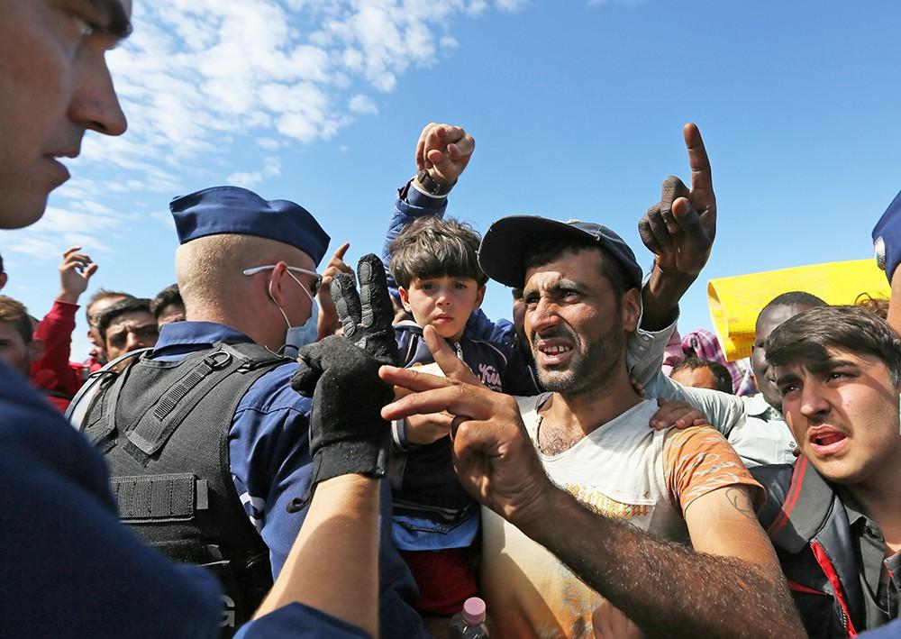 Полиция останавливает мигрантов на пути в Европу