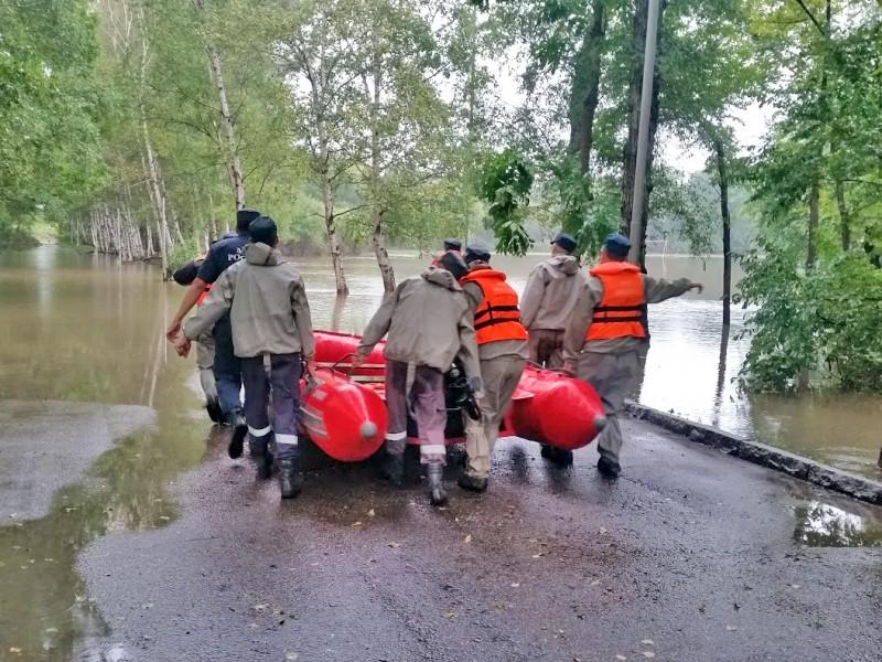 Спасатели МЧС в зоне наводнения