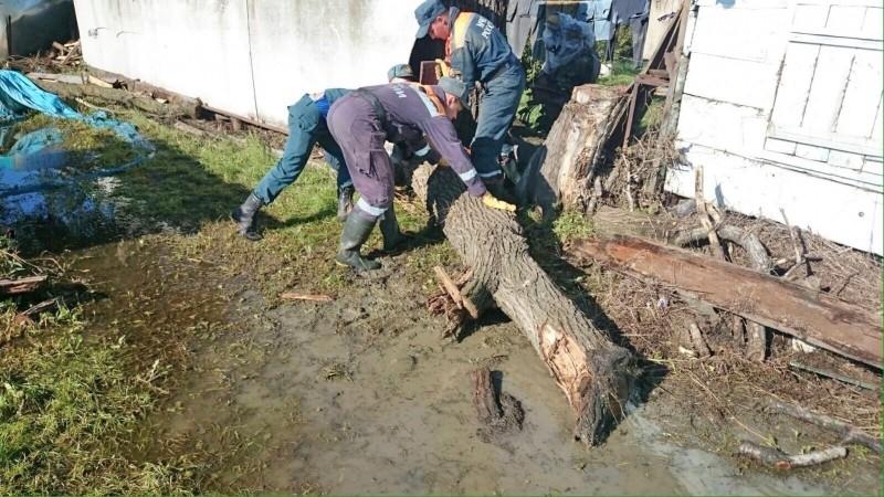 Спасатели МЧС устраняют последствия наводнения