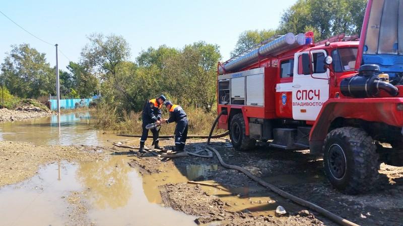 Спасатели МЧС Владивостока устраняют последствия наводнения