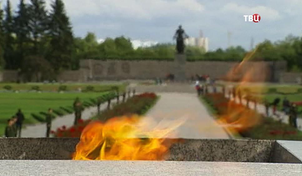 Вечный огонь на Пискарёвском кладбище в Санкт-Петербурге