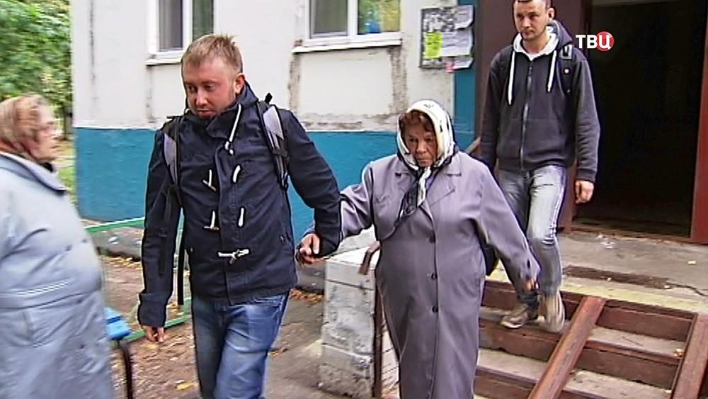 Задержание бабушки, бросившей камень в ребенка