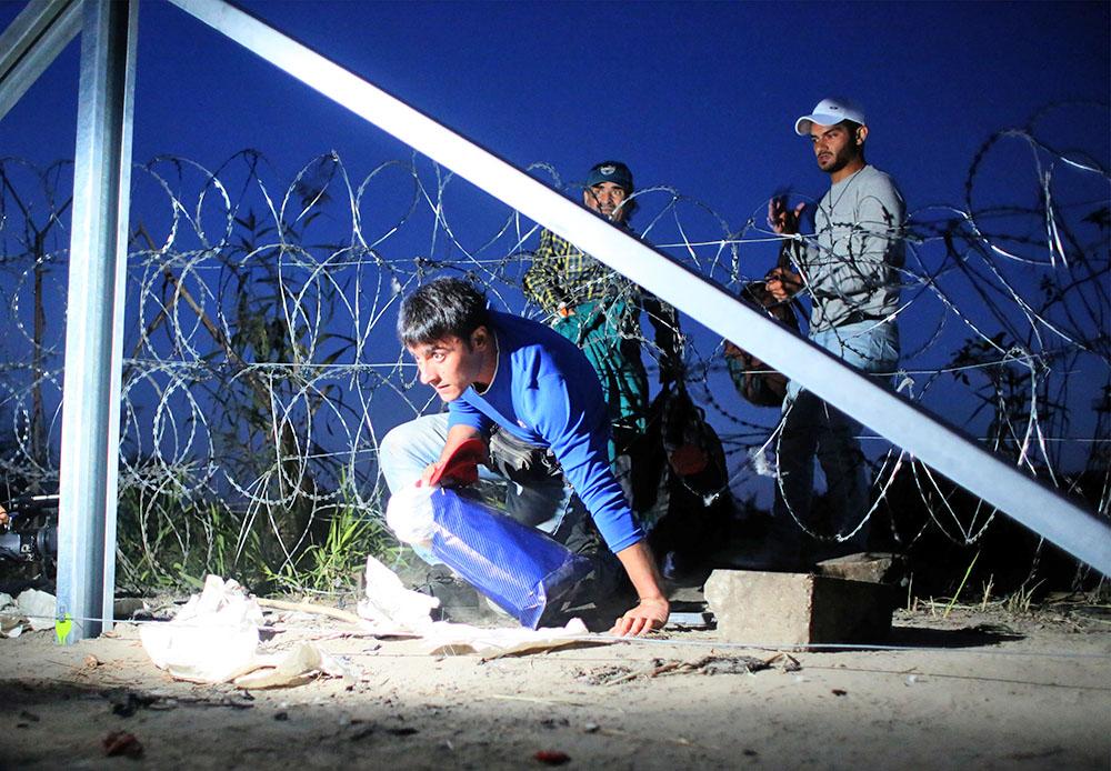 Мигранты пересекают границу с Венгрией