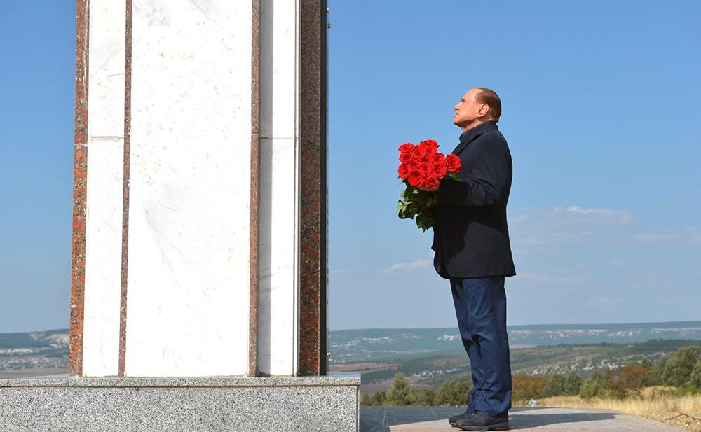 Сильвио Берлускони почтил память погибших в Крымской войне солдат Сардинского королевства, возложив цветы к мемориалу у подножья горы Гасфорта