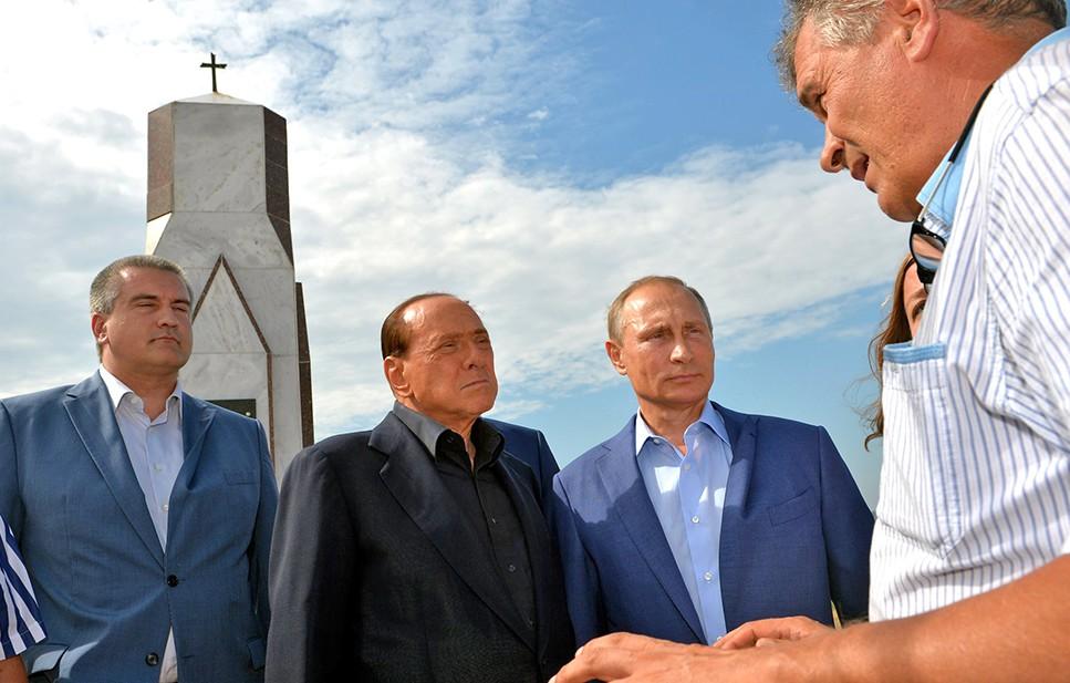 Владимир Путин и Сильвио Берлускони у мемориала, посвящённого памяти погибших в Крымской войне солдат Сардинского королевства.