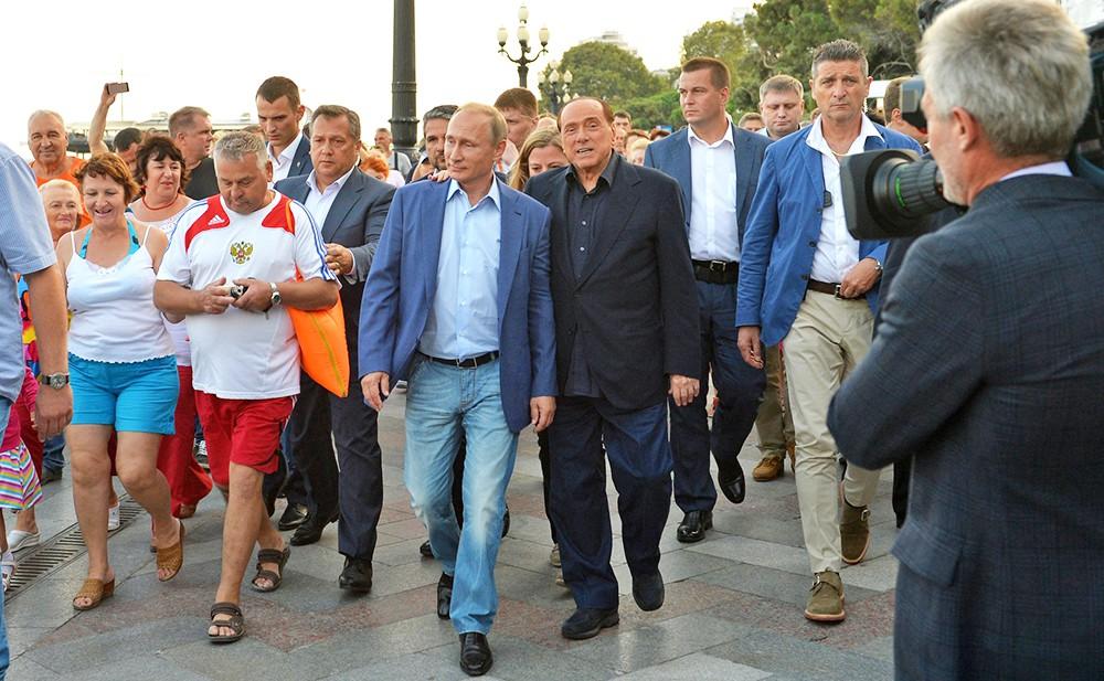 Владимир Путин и Сильвио Берлускони прогуливаются по набережной Ялты