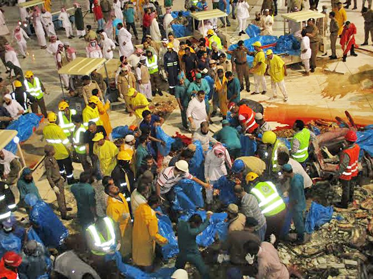 Спасатели на месте падения подъёмного крана в мечети в Мекке