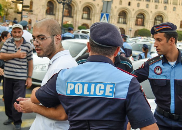 Сотрудники полиции и участник акции протеста в Ереване