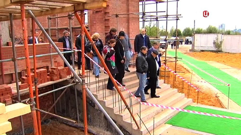 Комиссия осматривает ход строительства храма