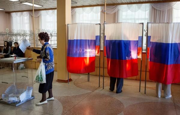 Избиратели голосуют на избирательном участке