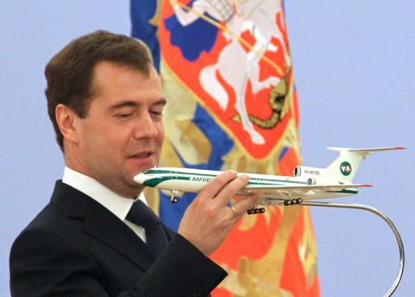 Дмитрий Медведев получил в подарок макет самолета на церемонии награждения государственными наградами девяти членов экипажа Ту-154, совершившего в сентябре экстренную посадку в тайге в районе Ижмы