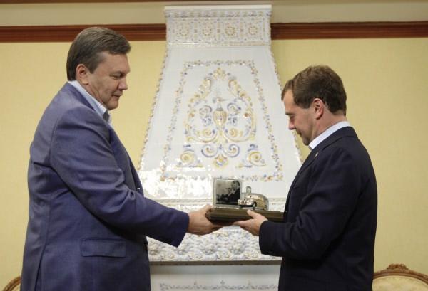 """Виктор Янукович в качестве подарка передал президенту России Дмитрию Медведеву миниатюрную копию автомобиля """"Победа"""""""