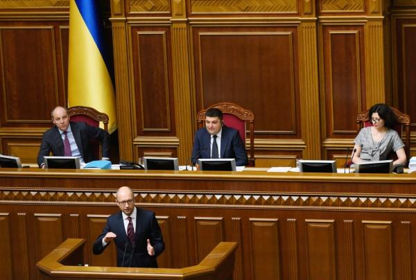 Премьер-министр Украины Арсений Яценюк выступает на заседании Верховной Рады Украины