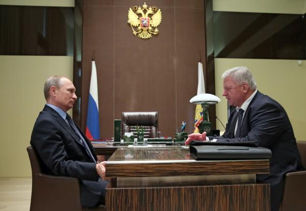 Президент России Владимир Путин и председатель Федерации независимых профсоюзов РФ Михаил Шмаков во время рабочей встречи
