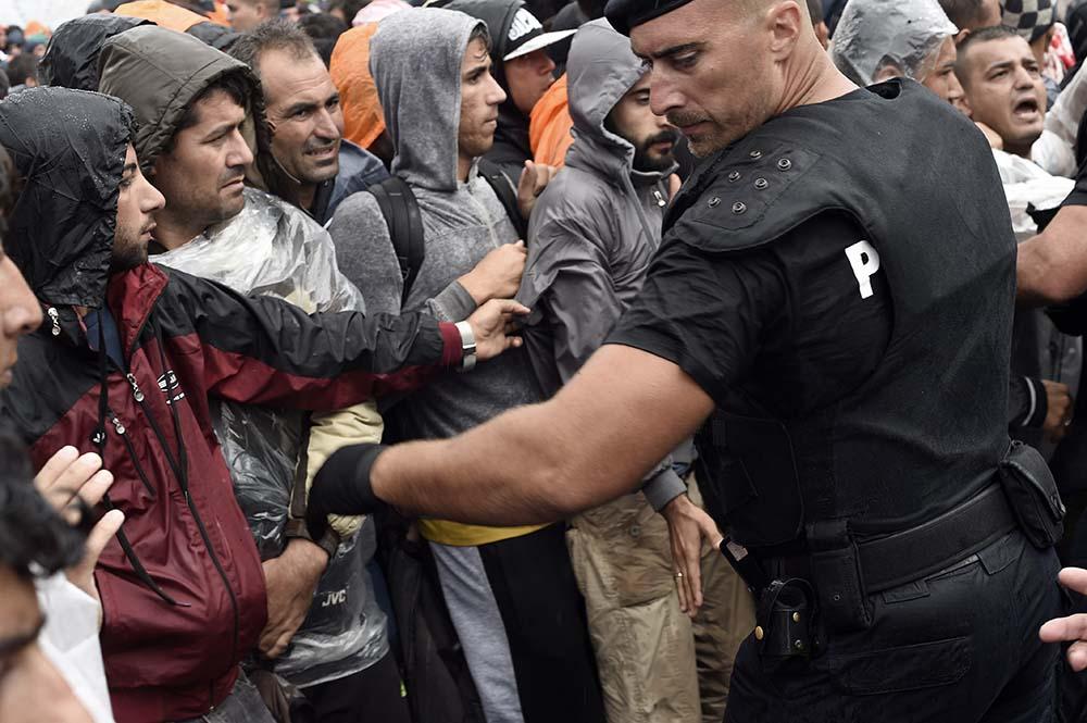 Картинки по запросу фото мигранты в Германии
