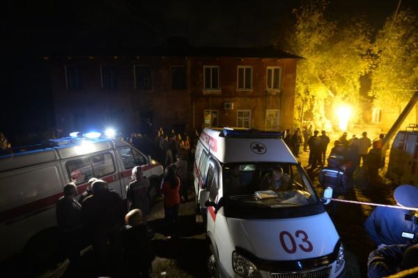 Машины скорой помощи на месте обрушения жилого дома в Омске