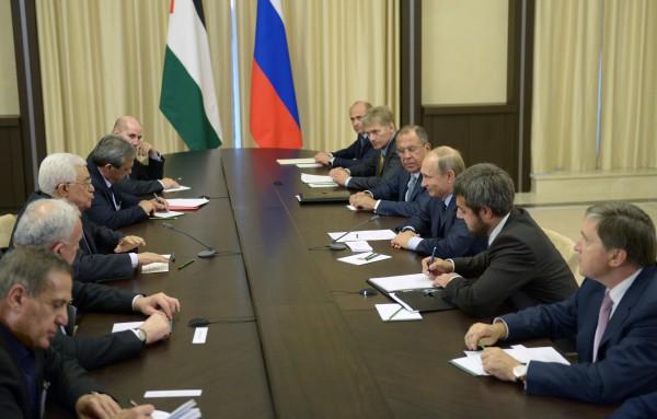 Президент России Владимир Путин и президент Палестины Махмуд Аббас во время встречи