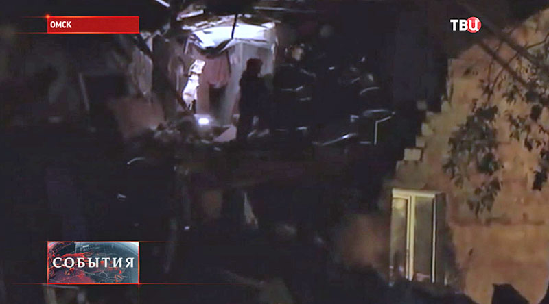 Сотрудники МЧС работают на месте обрушения жилого дома в Омске