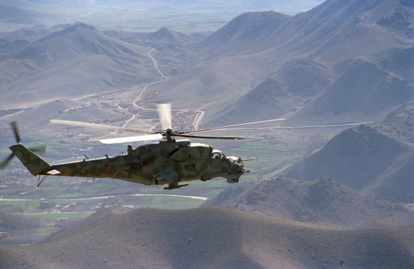 Вертолет Ми-24 направляется на боевое задание. Район дороги Кабул - Герат