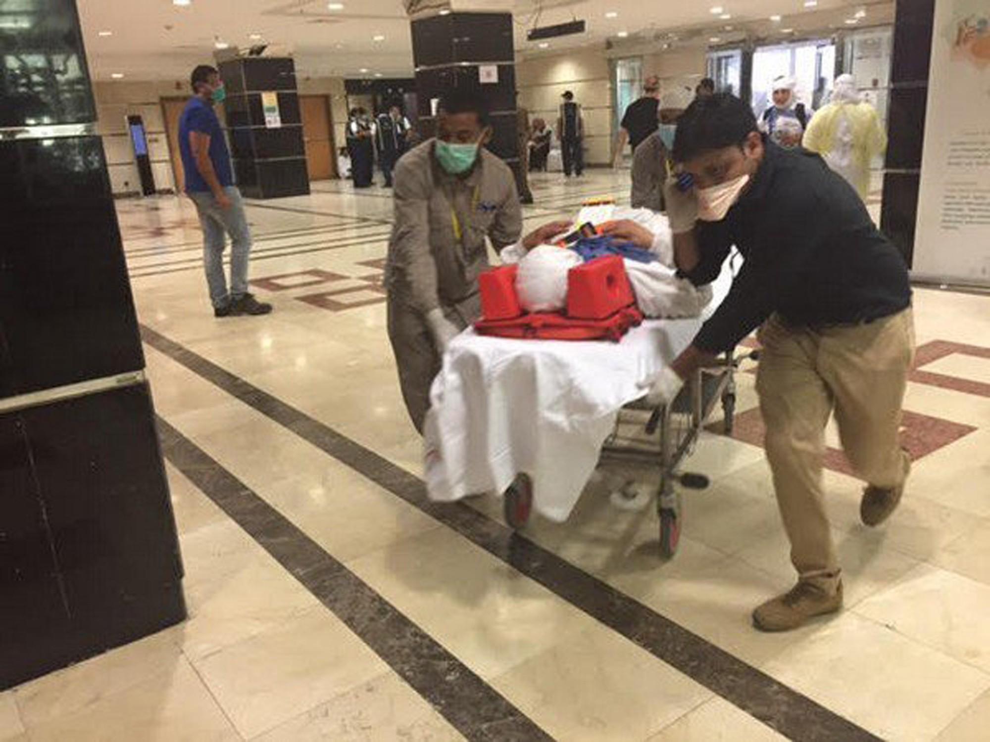 Сотрудники скорой помощи оказывают помощь пострадавшему