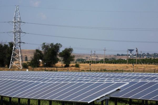 Поле кремниевых панелей на солнечной электростанции