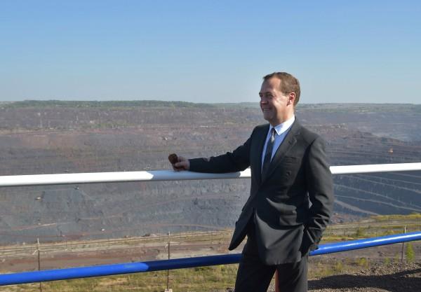Председатель правительства РФ Дмитрий Медведев во время осмотра панорамы карьера Михайловского горнообогатительного комбината
