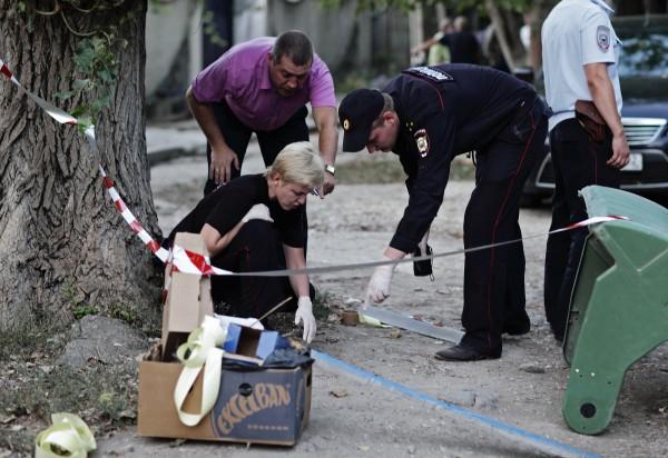 Сотрудники правоохранительных органов на территории подстанции скорой медицинской помощи в Симферополе