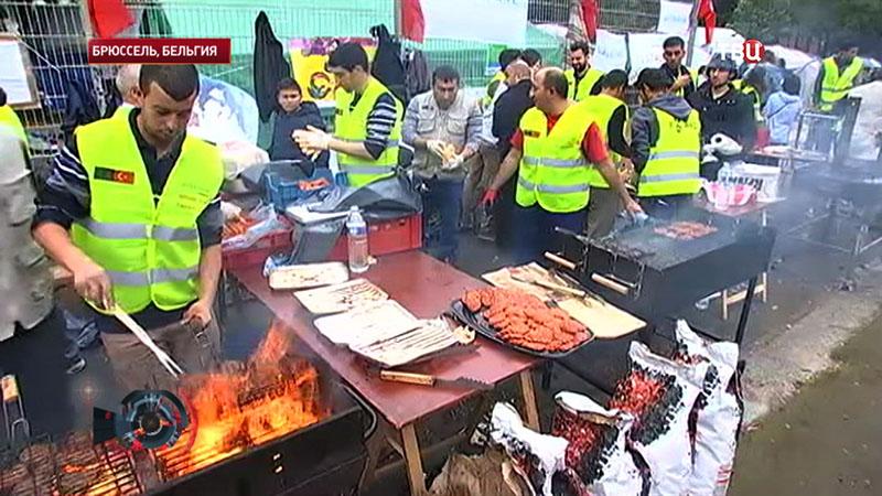 Мигранты получают еду