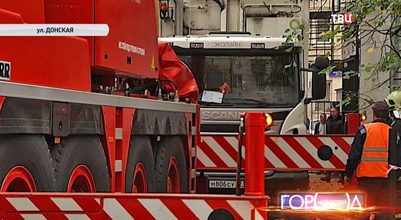 Спасатели вытаскивают мусоровоз