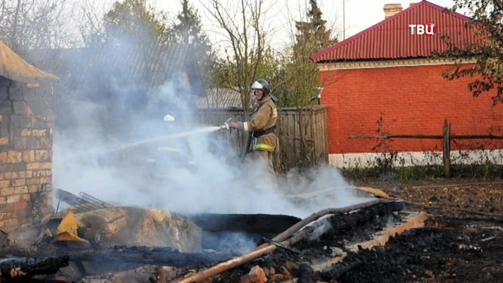 Пожарные ликвидируют последствия возгорания в посёлке