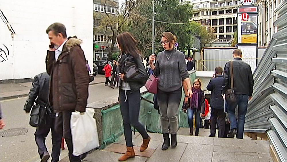 Люди выходят из метро